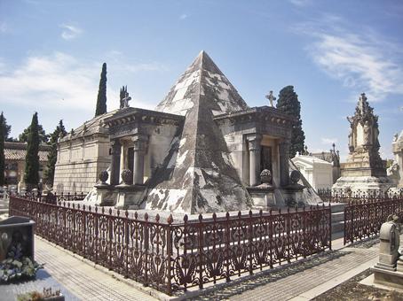 Panteón Piramidal de estilo neoegipcio de finales del siglo XIX (Cementerio General Valencia)