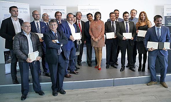 representantes_de_los_ganadores_junto_a_los_miembros_del_jurado_y_directivos_de_funespana