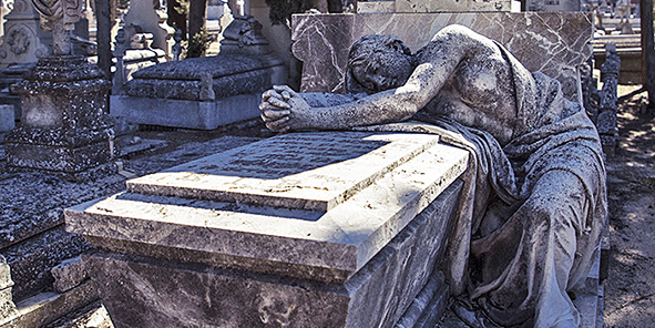 cementerio_de_la_almudena_estatua_reposa_en_tumba