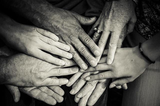 hands-4114905_640